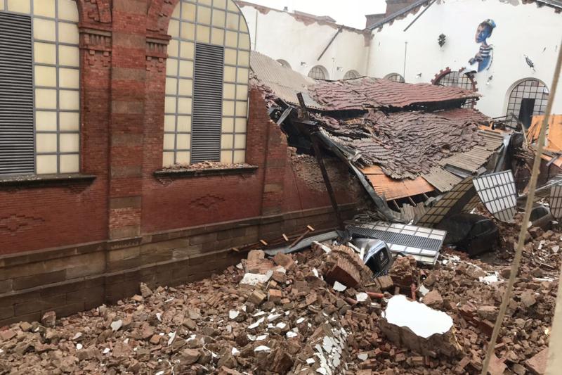 Análisis de casos: El mercado de abastos de Linares se derrumba sobre varios coches por el temporal